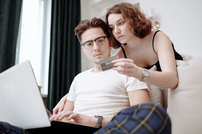 małżeństwo dokonujące zakupu kartą kredytową